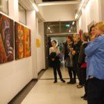 Gäste vor Karin Haases Arbeiten